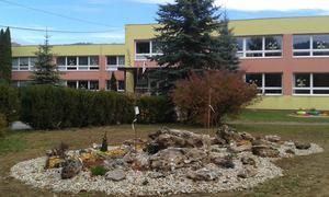 Skalka s okrasnými drevinami a rastlinkami - ZŠ Rejdová