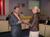 Z rúk predsedníčky volebnej komisie I. Pronerovej si osvedčenie o zvolení prevzal aj nový primátor