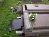Takúto spúšt zanechali po sebe vandali na mestskom cintoríne.