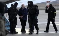 Odsouzený albánsky narkobarón Baki Sadik (druhý zprava), jehož z Kosova 28. prosince 2012 dovezl vládní speciál. (foto: ČTK)