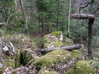 Kamenné bloky delia chodbičky a rôzne otvory