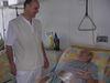 Zástupca primára oddelenia cievnej chirurgie P. Kováč s Jozefom Pitoňákom, ktorý sa už po operácii môže usmievať. Lekári mu zachránili obe nohy