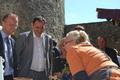 Pardubický hejtman Martin Netolický (vľavo) a prešovský župan Peter Chudík počas návštevy navštívili Ľubovniansky hrad.
